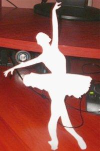 вырезаем балерину из шаблона по контуру