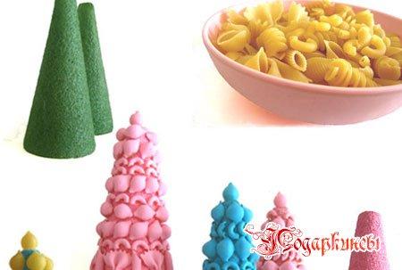 Елочки из макарон были сделаны по тому же сценарию. Конус из плотной бумаги, макароны, клей и краски.