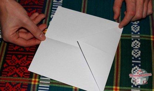 После этого ту часть, которая образовалась из двух согнутых треугольников, нужно загнуть внутрь.