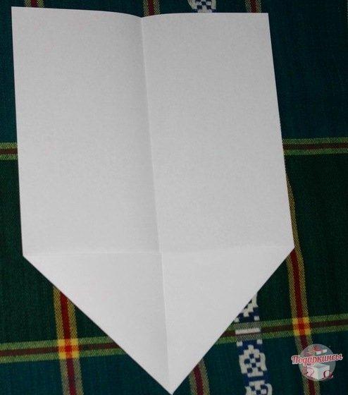 Оба завернутых треугольника должны быть одинакового размера.