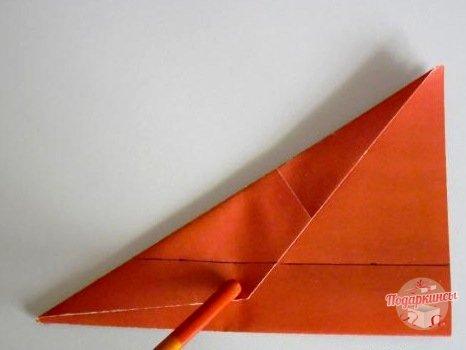 На расстоянии 2,5 сантиметра нужно провести карандашом черту параллельно сгибу с обеих сторон.