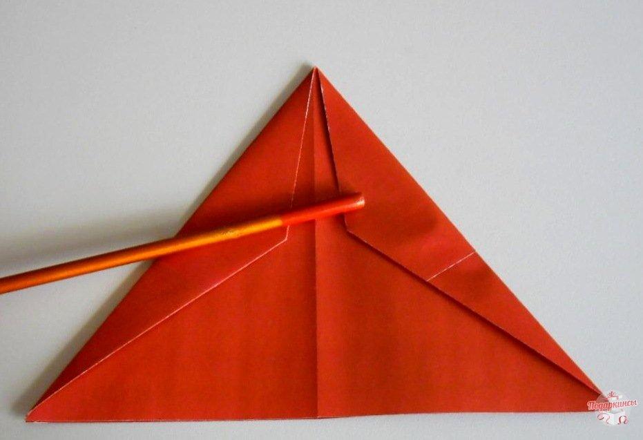 Чтобы создать треугольник следует бока ромбиков завернуть под фигурку.