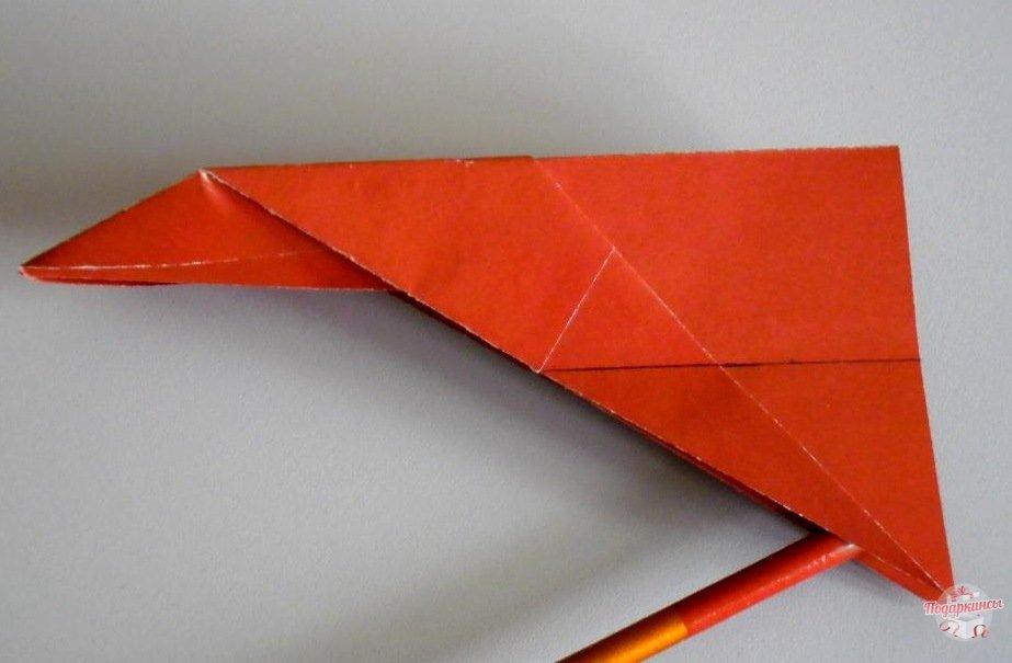 Чертим карандашом линии на крыльях самолета.