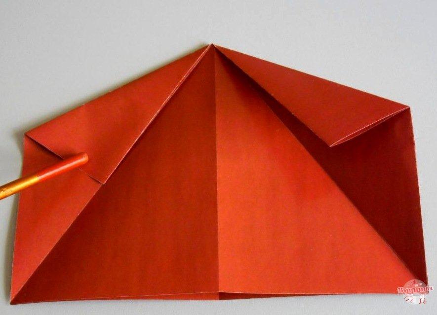 После этого боковые треугольники необходимо сложить пополам.