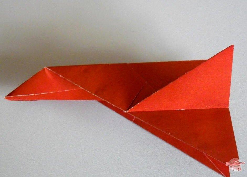 Треугольники загибаются кверху под прямым углом.