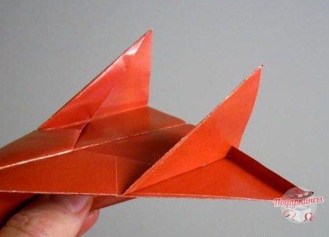 Задние края крыльев рекомендуется немножко надрезать и загнуть вверх.