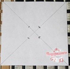 Обычным карандашом рисуем на бумаге диагональные линии. От центра пересечения черточек отступаем пять сантиметров, и ставим отметки.