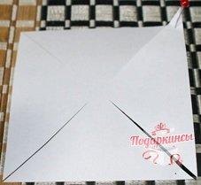 Разрезаем ножницами по диагональным линиям до отметины.