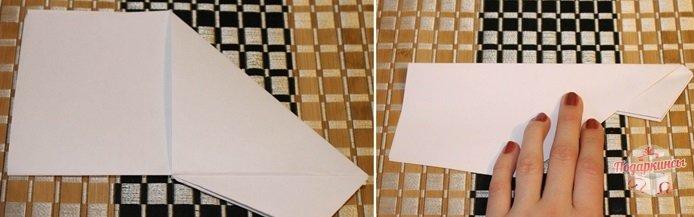 Сгибаем бумажную поделку, чтобы появилась центральная линия.